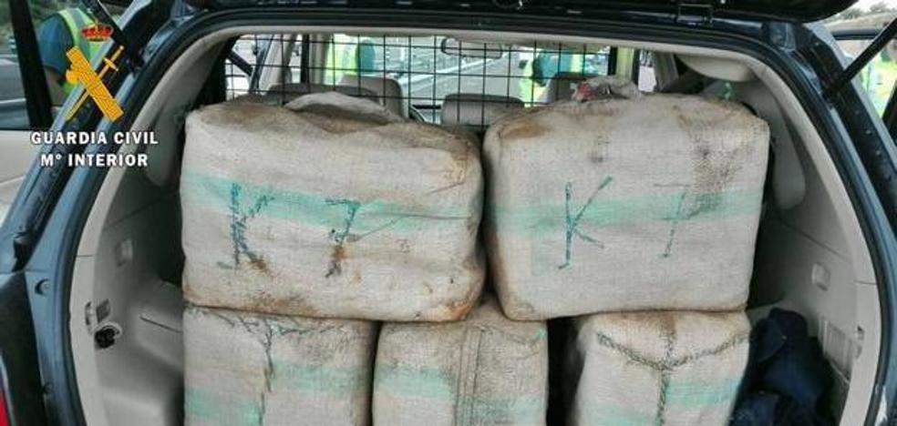Tres años y medio de cárcel por llevar más de 200 kilos de hachís en su coche