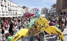 El tradicional pasacalles clausura el 28 Festival Womad en Cáceres