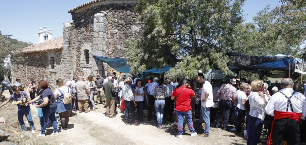 La afluencia de público causa atascos en la romería de Santa Lucía de Cáceres