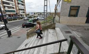 Vecinos de Badajoz piden una rampa en las escaleras de la calle La Pimienta