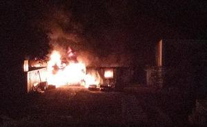 Trasladado al hospital de Badajoz un bombero tras un incendio en la pizarrera de Alburquerque