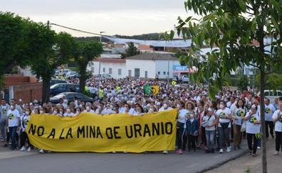 Cientos de personas muestran en Zahínos su rechazo a una mina de Uranio en el suroeste extremeño