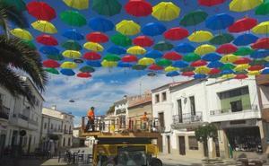 La plaza Mayor de Malpartida vuelve a lucir sus más de mil paraguas de colores