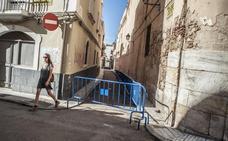 Cortan la calle San Gabriel tras caer cascotes de la fachada de la Concepción