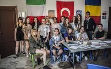 Una ciudad formada por escolares de seis países
