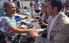 Cabezas propone un «trato profesional» a los vendedores del mercadillo pacense