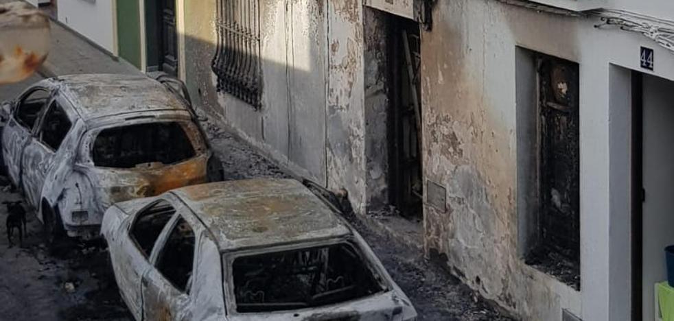 Un fuego quema de madrugada dos coches y daña una casa en Fuente del Maestre