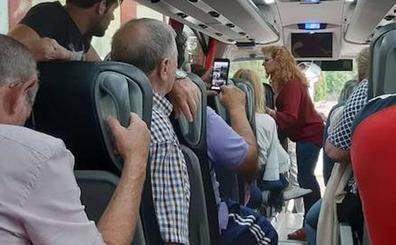 Obligados a dar un mitin en autobús en Robledillo de la Vera