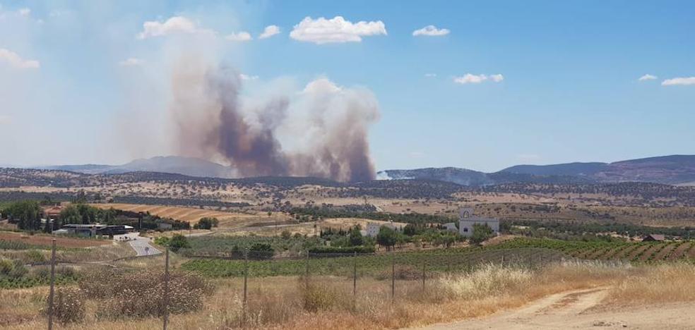 Efectivos del Infoex actúan contra un incendio entre Zafra y La Lapa