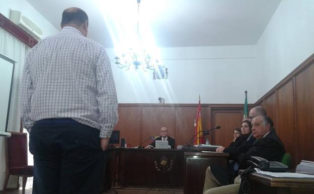 La Audiencia de Badajoz rebaja la pena al condenado por grabar a sus compañeras en los aseos