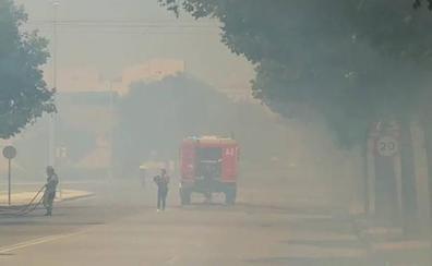 Los bomberos sofocan un incendio de pastos en la Ronda Norte de Badajoz