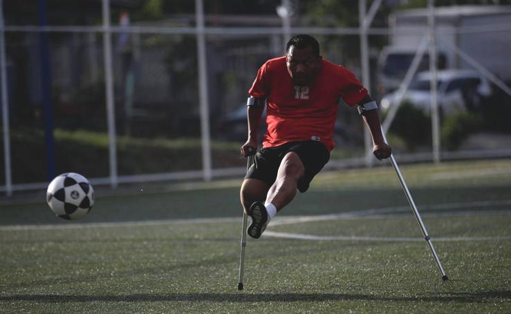 Fútbol con muletas, el deporte que inspira a un grupo de amputados de Panamá