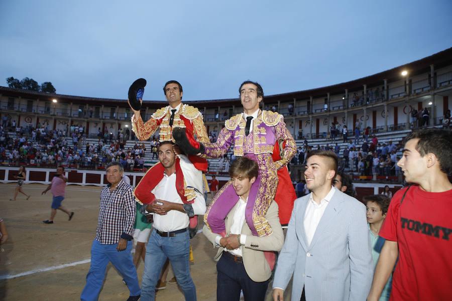 Juan Mora y Emilio de Justo triunfan mano a mano en Cáceres