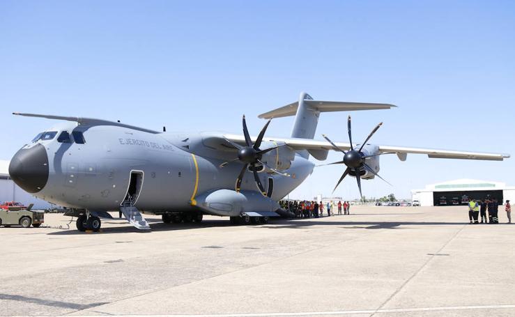 El nuevo avión militar Airbus A400M aterriza en la Base Aérea de Talavera la Real