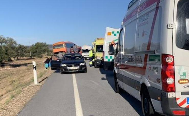 El autobús implicado en el accidente registrado cerca de Membrío ha quedado parado en el terraplén junto al arcén