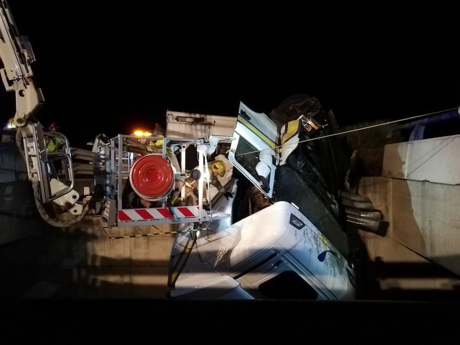Aparatoso rescate de dos heridos tras salirse de la A-66 un camión