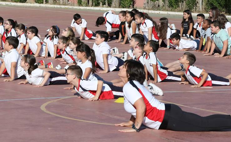 200 alumnos emeritenses practican yoga para concentrarse