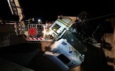 Aparatoso rescate de dos heridos tras salirse de la A-66 un camión frigorífico