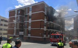 Desalojados 28 vecinos de un edificio en Plasencia por el incendio en una vivienda