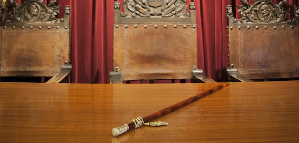 El bastón de mando ya preside el salón de plenos de Badajoz, solo falta el alcalde