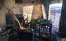 Los bomberos rescatan a dos mujeres atrapadas por el fuego en una vivienda de Azuaga