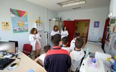 Niños del Atenea y el Maximiliano Macías visitan el centro de salud de Nueva Ciudad