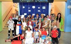Desfile de moda con material reciclado en el Gregoria Collado