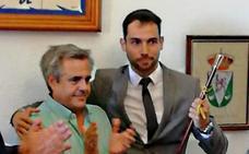 Manuel Borrego recibe el bastón de mando de manos de Jimeno