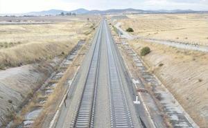 Adif inicia la instalación de carril y traviesas del tren rápido en el tramo Plasencia-Cáceres