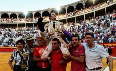El extremeño José Garrido abre la primera Puerta Grande del Corpus de Granada