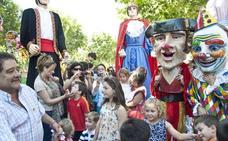 Desfile de gigantes y cabezudos por el centro de Badajoz