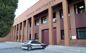 Un preso agrede a dos funcionarios con una muleta en la cárcel de Badajoz