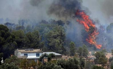 Los bomberos consiguen estabilizar el 80% del incendio de Tarragona