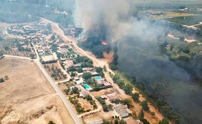Incendio en la margen izquierda del río Guadiana a su paso por Medellín