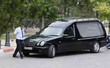Despiden al conductor de un coche fúnebre en Cáceres por poner música festiva