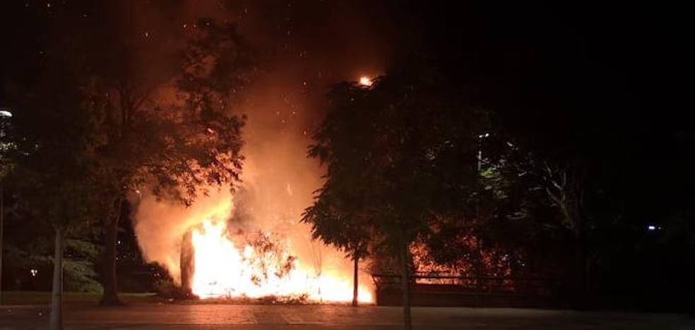 Los bomberos sofocan varios incendios en Badajoz durante la noche de este jueves