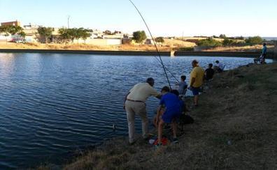 Quince alumnos participan en la escuela de pesca de verano de Arroyo de la Luz
