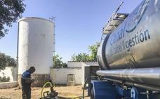 Los camiones cisterna regresan, un verano más, a Rincón de Ballesteros