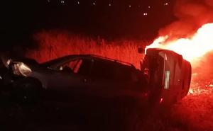 Dos guardias civiles rescatan a un joven de un coche ardiendo tras un accidente en La Zarza