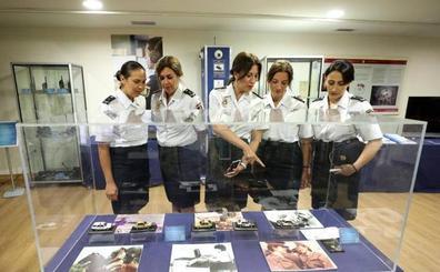 Una exposición en Mérida pone en valor el papel de mujer en la Policía Nacional