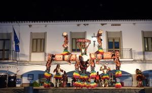 El folclore de Benín llena de música y color la plaza de España de Castuera