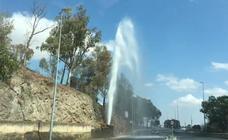 El robo de una ventosa en una tubería provoca una fuga de agua en la carretera de Cáceres