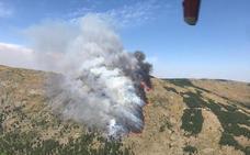 Medios extremeños luchan contra un incendio en un pueblo de Ávila