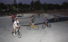 El 'skate' se pone de moda entre los casareños tras abrirse una pista