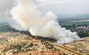 Bomberos de Badajoz y del Infoex combaten un incendio en el vertedero