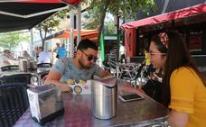 El Consistorio de Mérida reclama por carta a 201 terrazas que instalen papeleras en mesas