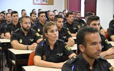 La Policía Nacional refuerza su plantilla con 53 alumnos en prácticas y 50 agentes