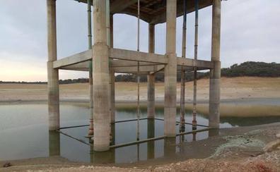 La sequía de la presa de Valdecañas deja sin agua a 800 regantes