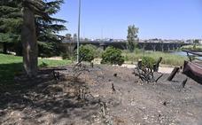 Arden árboles del Paseo Fluvial de Badajoz por la acumulación de basuras