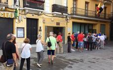 Los pacenses hacen cola en la oficina de recaudación para pagar el recibo del IBI